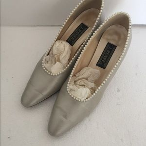 J Renee White Leather w/ Pearl Pumps Heel 9 N